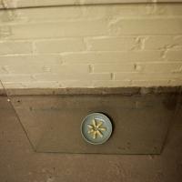 READY FOR THE TAKING  | 2013 | Ruimtelijke installatie, zeven capsules, zeven berichten, gemengde substanties, glasplaat, klein keramiek blad